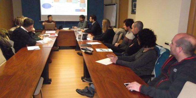 El concejal de Hacienda de Zizur y el técnico asesor explican los trabajos desarrollados para la elaboración y aprobación del plan de participación.